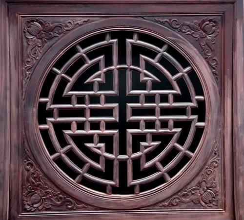 用优质硬木精心雕出龙,凤,狮孔雀,梅花等传统图案,制成桌,椅,茶几等