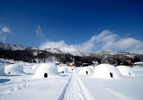 *雪屋:日本豪雪地区的风景诗,在雪山上挖掘而成的小屋.